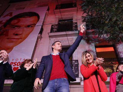 El líder del PSOE, Pedro Sánchez (tercero por la izquierda), celebra los resultados electorales en la sede de Ferraz de Madrid.