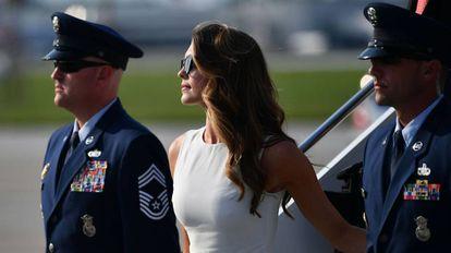 Hope Hicks bajando el pasado agosto del Air Force One