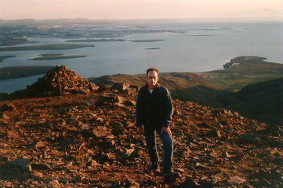 Carles Lalueza-Fox, en una foto de 2001, con Reikiavik al fondo.
