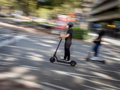Usuarios de patinetes eléctricos en el paseo Sant Joan de Barcelona.