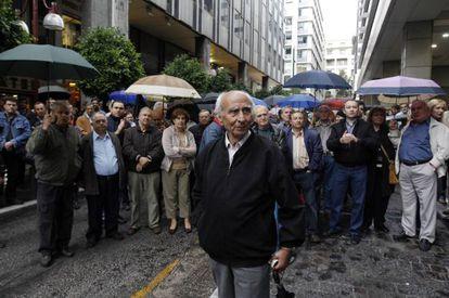 Manifestantes frente al ministerio de Finanzas griego, hoy en Atenas.