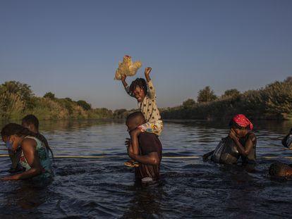Un grupo de migrantes cruza el Río Grande de regreso a Ciudad Acuña para evitar ser deportado, el 20 de septiembre de 2021.
