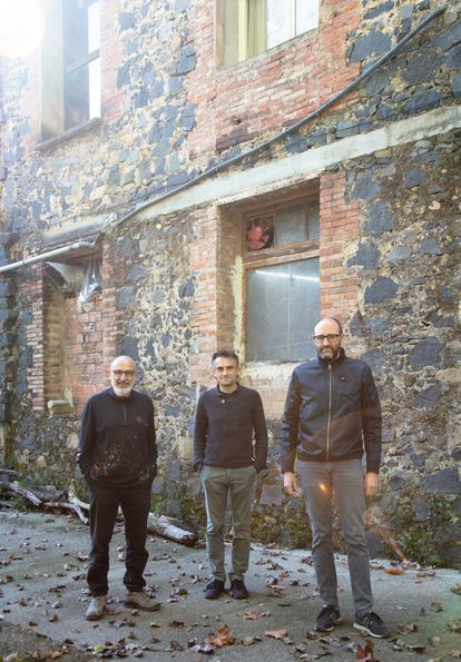 From left to right, the sculptor Quim Domene, and the architects Eduard Callís and Guillem Moliner.
