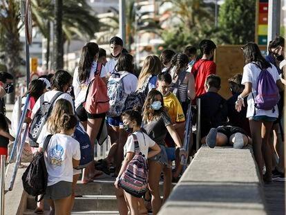 Grupo de estudiantes saliendo de la playa de El Arenal, en Palma de Mallorca.