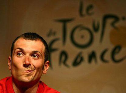 Iván Basso, en Estrasburgo tras su expulsión del Tour en 2006.