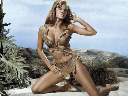 Arriba, la protagonista de 'Hace un millón de años' (1966) y, portándola, la actriz Raquel Welch.