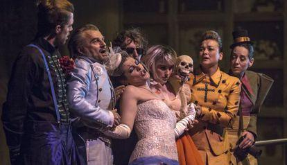 Los siete cantantes de la ópera 'L'eclipsi', en la escena del cementerio.