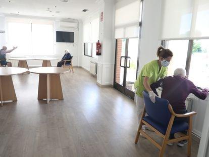 Reanudación de las visitas en una residencia de mayores de Madrid tras la entrada en vigor, este lunes, de la fase 2 de la desescalada.