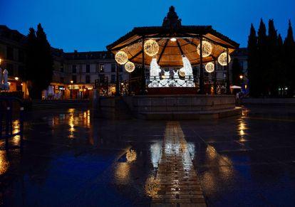La Plaza Mayor de Las Rozas, con la iluminación navideña que representa un belén.