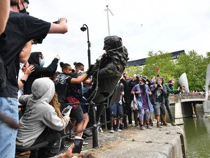 Manifestantes contra el racismo arrojan este domingo en Bristol la estatua de Edward Colston a las aguas del puerto.