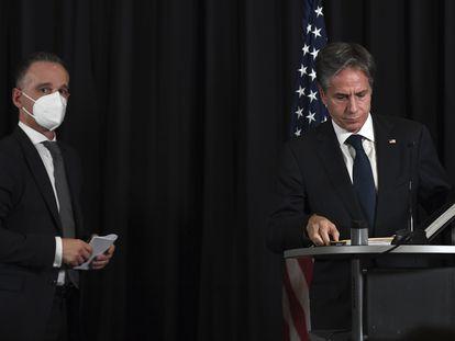 El secretario de Estado de Estados Unidos, Antony Blinken (derecha), junto al ministro de Exteriores alemán, Heiko Maas, en la base aérea de Ramstein, en Alemania.