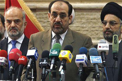 Jawad Al Maliki, durante una conferencia de prensa junto a Ibrahim Al Yafari, a la izquierda, y el líder suní Abdul Aziz Al Hakim.