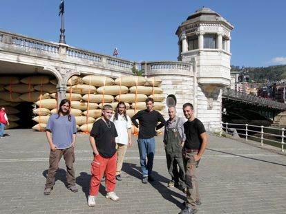 Los miembros de Martillo Neumático, en el Puente del Ayuntamiento.