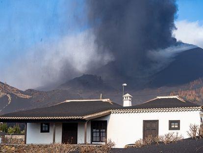 El volcán de Cumbre Vieja desde su lado sur, este lunes.