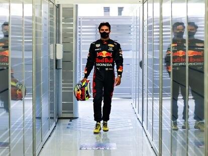 Checo Pérez camina hacia la pista durante la pretemporada con Red Bull, el pasado 11 de marzo en Bahréin.