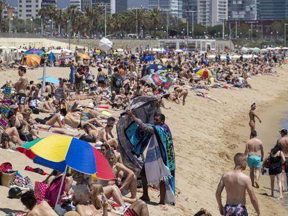 Bañistas en la playa del Bogatell, en Barcelona, en junio.
