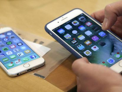 Un cliente prueba el iPhone 7 Plus el día de su salida a la venta.