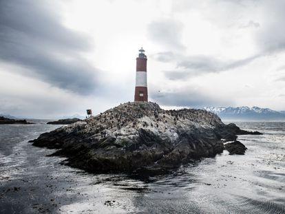 Frente a la bahía de Ushuaia, la ciudad más austral del mundo, en Tierra del Fuego, se erige sobre un pequeño islote el faro Les Éclaireurs (Los iluminadores, en francés). Desde 1920, su luz blanca y roja guía a los navegantes que se adentran en el Canal de Beagle.