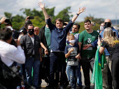 El presidente Jair Bolsonaro saluda a sus seguidores durante una manifestación de apoyo celebrada en Brasilia, el domingo 24 de mayo.