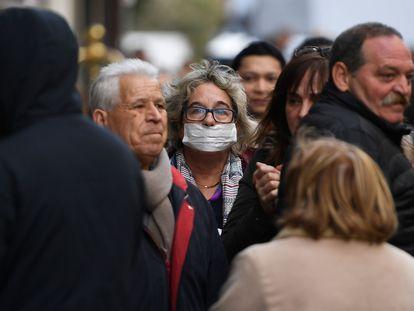 Una persona pasea con una mascarilla por Madrid.