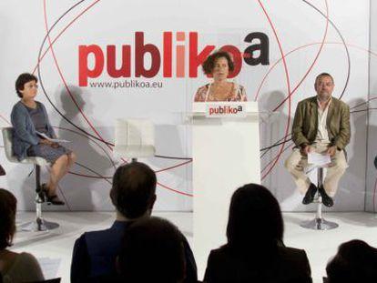 Mercedes Arbaiza introduce la lectura del manifiesto de Publikoa, ayer en Bilbao.