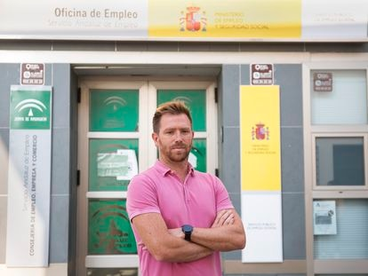 Jesús Durán, funcionario del SEPE, en la oficina de Álora (Málaga), en la que trabaja.