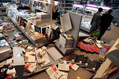 Imagen de la librería Crisol tras el ataque de los ultraderechistas.
