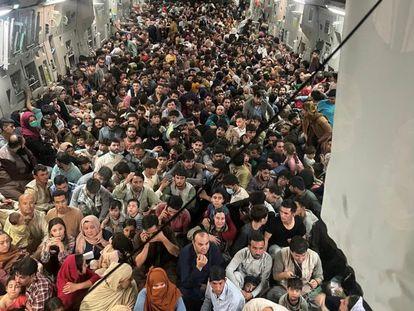 Cientos de afganos en el interior del avión C-17 Globemaster III de la fuerza aérea de EE UU, en Kabul, el 15 de agosto.