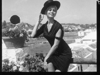 Brigitte Bardot, en La Carihuela de Torremolinos durante un descanso del rodaje de la película 'Los joyeros del claro de luna' en 1957.