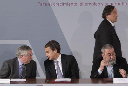 De izquierda a derecha, Ignacio Fernández Toxo (CCOO), José Luis Rodríguez Zapatero, Cándido Méndez (UGT) y Juan Rosell (CEOE).