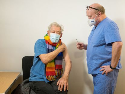 El actor británico Ian McKellen, de 81 años, recibió este miércoles una dosis de la vacuna de Pfizer/BioNTech en un hospital de Londres.