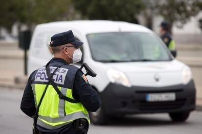 Un agente de la Policía Nacional en Málaga.