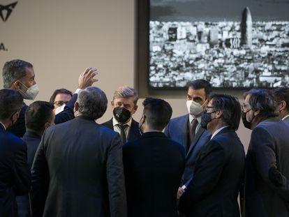 El rey Felipe VI (a la izquierda) conversa con el presidente del Gobierno y resto de empresarios al finalizar el acto, este viernes.