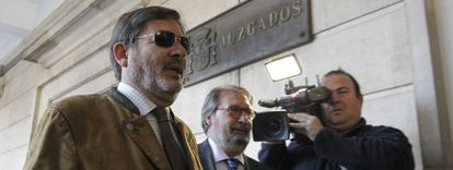 Javier Guerrero y su abogado, Fernando de Pablo (derecha), a su llegada a los juzgados de Sevilla el 9 de marzo.