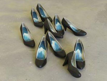 La obra 'Apodyopsis' compuesta por cinco pares de zapatos, acrílico, pintura y barniz.