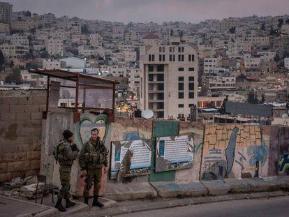 Dos soldados israelíes en 2017 en un puesto de control de un asentamiento en Hebrón.