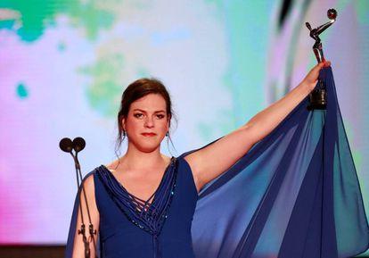 La actriz chilena Daniela Vega, con el premio a la Mejor Interpretación Femenina.