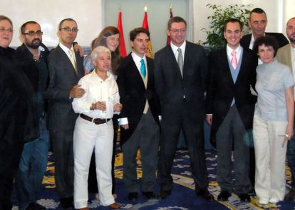 Boda oficiada por Ruiz-Gallardón en julio de 2006 de Manuel Ródenas (junto al exalcalde, con corbata azul) y Javier Gómez (al otro lado con corbata rosa), ambos del PP.