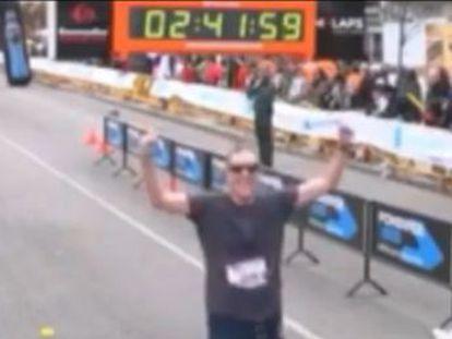Recibe quimioterapia y tiene una enfermedad respiratoria, pero ha logrado terminar 300 carreras en el mismo puesto