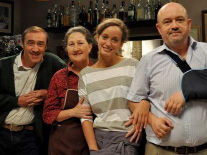 Los actores Manuel Millán, Luisa Merelas, Raquel Espada y César Goldi en el plató del bar El faro.