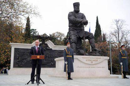 Putin da un discurso frente a la estatua de Alejandro III en Yalta, Crimea, este 18 de noviembre.