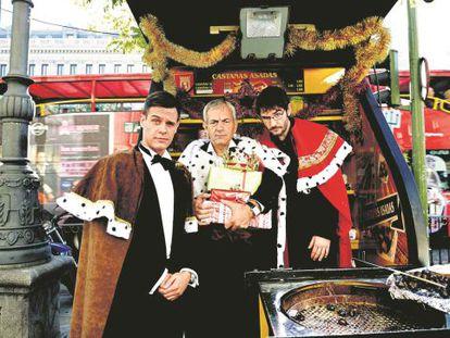 Los tres presentadores de concursos hacen de castañeros en la madrileña calle de Alcalá. De izquierda a derecha, Christian Gálvez ('Pasapalabra'), Carlos Sobera ('Atrapa un millón') y Juanra Bonet ('Lo sabe, no lo sabe').