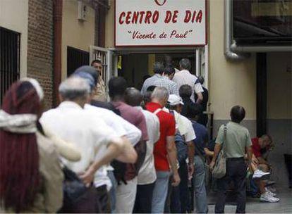 Puerta del comedor Vicente de Paúl en Madrid, al que acude medio millar de personas al día.