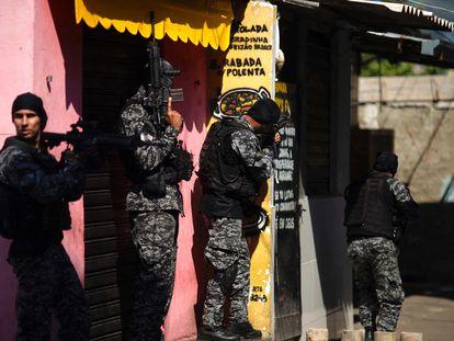 Policías de Río de Janeiro participan en una operación en la favela de Jacarezinho, en territorio dominado por el grupo narcotraficante Comando Vermelho, el pasado 6 de mayo.