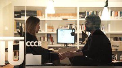 Fotograma del vídeo en el que José Luis Vicente, del CCCB, conversa con Mara Balestrini, CEO de Ideas for Change.