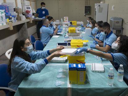 Punto de preparación de vacunas, en el centro instalado en el Estadio Olímpico de Sevilla.