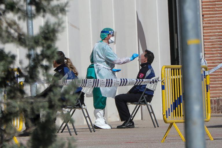 Una sanitaria realiza a un municipal uno de los test rápidos de coronavirus que ha adquirido el Ayuntamiento.