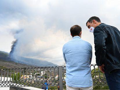 Pedro Sánchez, junto al presidente del Cabildo de La Palma, Mario Hernández, observando el lunes la evolución de la erupción volcánica de la isla.