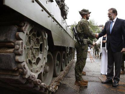 El presidente del Gobierno, Mariano Rajoy, durante su visita a las tropas españolas desplegadas en base de Adazi en Letonia.