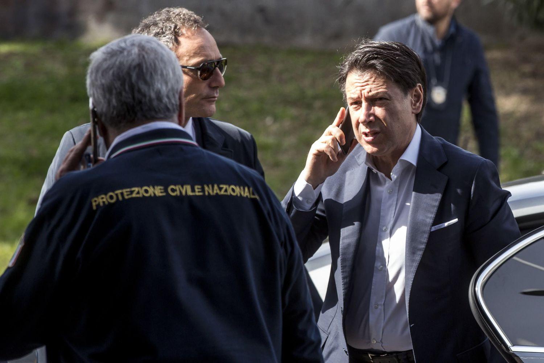 El primer ministro, Giuseppe Conte, habla por teléfono en su visita a la sede de Protección Civil en Roma.